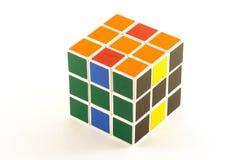 Der Rubik-` s Würfel auf dem weißen Hintergrund Lizenzfreie Stockbilder