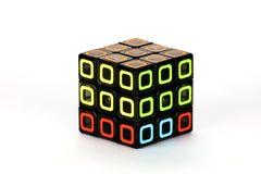 Der Rubik-` s Würfel auf dem weißen Hintergrund Das Lösungsreihenfolgenstadium drei Stockfotografie