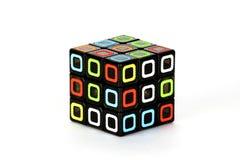 Der Rubik-` s Würfel auf dem weißen Hintergrund Das Lösungsreihenfolgenstadium eins, beginig Stockfotos