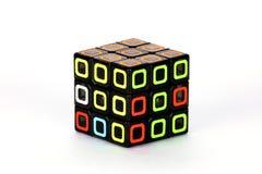 Der Rubik-` s Würfel auf dem weißen Hintergrund Das Lösungsreihenfolgenstadium zwei Lizenzfreie Stockfotografie
