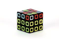 Der Rubik-` s Würfel auf dem weißen Hintergrund Die Lösungsreihenfolge fünf Stockbilder