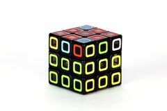 Der Rubik-` s Würfel auf dem weißen Hintergrund Die Lösungsreihenfolge sechs Stockfoto