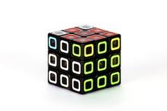 Der Rubik-` s Würfel auf dem weißen Hintergrund Die Lösungsreihenfolge sieben Lizenzfreie Stockfotografie