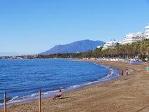 Der ruhige Strand im November in Marbella Andalusien Spanien Stockfoto