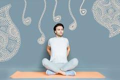 Der ruhige Yogalehrer, der seine Augen schließt, beim Handeln des Morgens trainiert Stockfoto