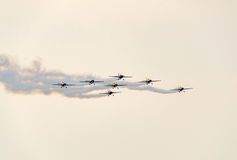 Der Rumäne feilbietet die Teampiloten mit ihren farbigen Flugzeugen ausbildend im blauen Himmel Lizenzfreie Stockfotos