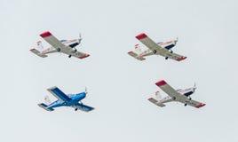 Der Rumäne feilbietet die Teampiloten mit ihren farbigen Flugzeugen ausbildend im blauen Himmel Stockfoto