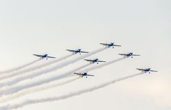 Der Rumäne feilbietet die Teampiloten mit ihren farbigen Flugzeugen ausbildend im blauen Himmel Stockbilder