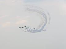 Der Rumäne feilbietet die Teampiloten mit ihren farbigen Flugzeugen ausbildend im blauen Himmel Lizenzfreie Stockfotografie