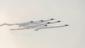 Der Rumäne feilbietet die Teampiloten mit ihren farbigen Flugzeugen ausbildend im blauen Himmel Lizenzfreie Stockbilder