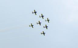 Der Rumäne feilbietet die Teampiloten mit ihren farbigen Flugzeugen ausbildend im blauen Himmel Stockfotografie