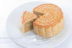 Der runde chinesische Mondkuchen auf Teller Lizenzfreie Stockfotografie