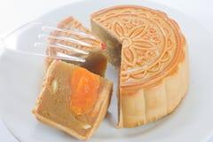 Der runde chinesische Mondkuchen auf Teller Stockbild