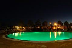 Belichtetes grünes Pool nachts Lizenzfreies Stockbild