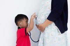 Der Sänftenjunge trägt das Stethoskop lizenzfreies stockfoto