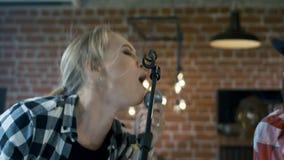 Der Sänger und der Sologitarrist arbeiten zusammen stock video footage