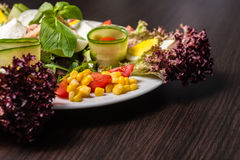 Der Salat des Chefs mit Thunfisch Lizenzfreie Stockbilder