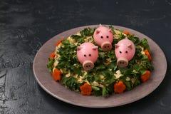 Der Salat des neuen Jahres verzierte Schweine des gekochten Eies stockbilder
