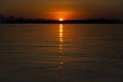 Der Sambesi-Sonnenuntergang: Orange Himmel und Wasser Stockbilder