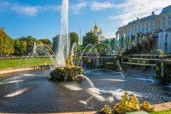 Der Samson-Brunnen am sonnigen Tag des Herbstes am 28. September 2017 herein Stockfotos