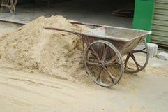 Der Sand auf der Baustelle und dem Warenkorb Lizenzfreie Stockbilder