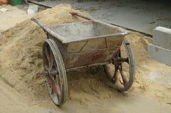 Der Sand auf der Baustelle und dem Warenkorb Stockbilder