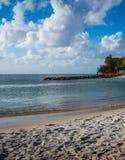Der Sand der Himmel und das klare karibische Wasser stockbilder