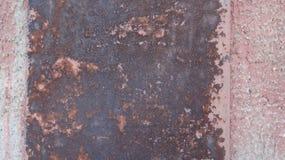 Der Sand, nach dem Regen, in der Sommersonne mit Spuren von menschlichen Füßen und von Lügen auf ihr mit verschiedenen Gegenständ Stockfoto