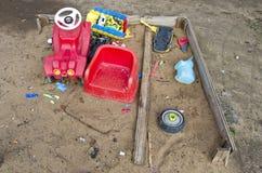 Der Sandkasten der alte Spielplatzkinder mit Spielwaren Stockfoto