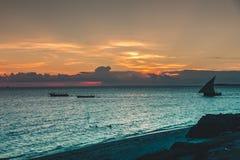 Der Sansibar-Sonnenuntergang über Meer Stockfotografie