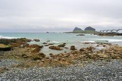 Der sanxiantai Strand am bewölkten Tag Lizenzfreie Stockfotografie