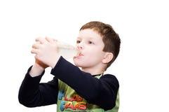 Der satisfying Durst des Jungen Stockbild