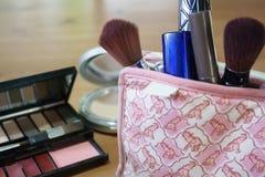 Der Satz der Kosmetiktasche auf hölzernem Hintergrund lizenzfreie stockbilder