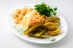 Der Satz von Essiggurken auf der Platte mit Gurken, Tomaten, Pilze, Sauerkraut Stockfotos