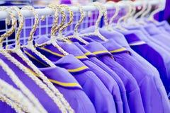Der Satz von purpurroten T-Shirts für Verkauf Lizenzfreie Stockfotografie