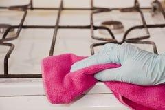 Der sauberere Stoff säubert die Platte - Foto auf Lager Lizenzfreie Stockfotos