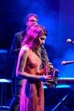 Der Saxophonspieler von Eva Fernandez Group (Jazzband) führt bei Luz de Gas durch Lizenzfreies Stockbild