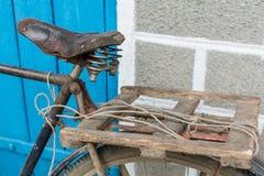 Der schäbige Sattel eines alten rostigen Fahrrades Stockfotos