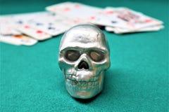 Der Schädel mit auf den Karten lizenzfreies stockbild