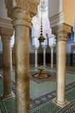Der schön mit Ziegeln gedeckte Innenraum und der Brunnen von einem der Gerichte im Mausoleum von Moulay Ismail in Meknes, Marokko lizenzfreies stockfoto