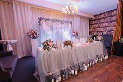 Der schöne Abendtisch, der für die Heirat vorbereitet wird, steht im angenehmen resta Stockfotografie