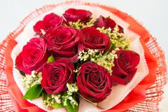 Der schöne Blumenstrauß der roten Rosen stockfoto