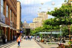 Der schöne Boulevard in der Stadt Dnipro verziert mit Ballonen Stockfotografie