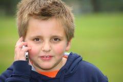 Der schöne europäische weiße Junge im Park Stockfoto
