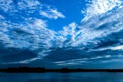 Der schöne Himmel auf einem Fluss lizenzfreie stockfotos