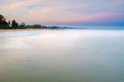 Der schöne Himmel der Unschärfe über Meer Stockfotos