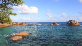 Der schöne Indische Ozean auf dem Strand von Anse Lazio stock footage