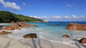 Der schöne Indische Ozean auf dem Strand von Anse Lazio stock video