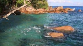 Der schöne Indische Ozean auf dem Strand von Anse Lazio stock video footage