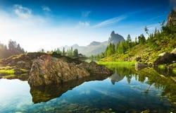 Der schöne Lago Di Federa See früh morgens stockfotos